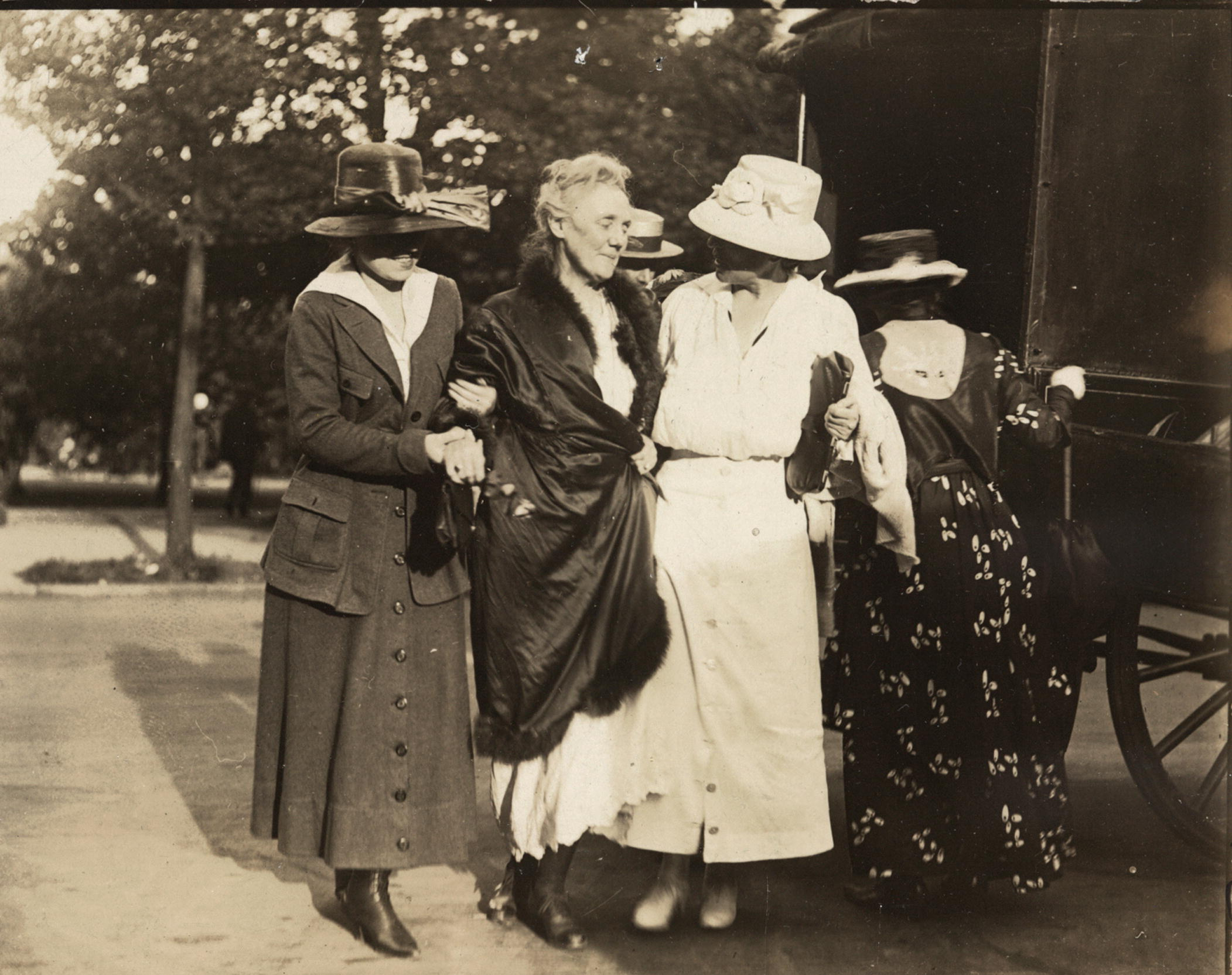 Dora Lewis being assisted from jail after five days on a hunger strike, August 1918